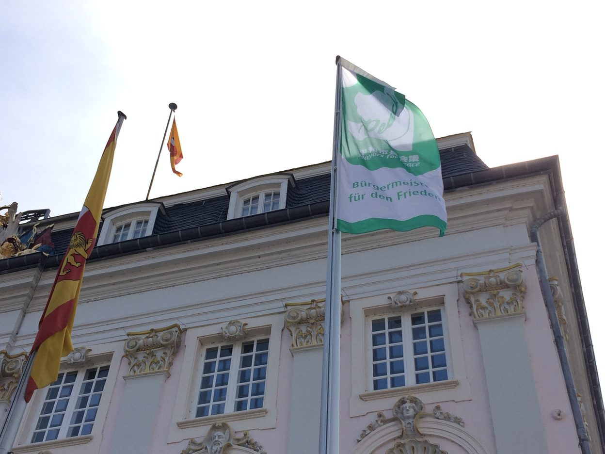 Altes Rathaus mit Mayor for Peace Fahne.
